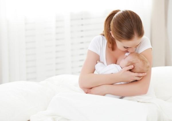 การกอดลูกน้อยหรือเล่นดนตรีเพื่อความผ่อนคลายในขณะให้นมหรือปั๊มนม ซึ่งอาจช่วยลดความเครียดได้