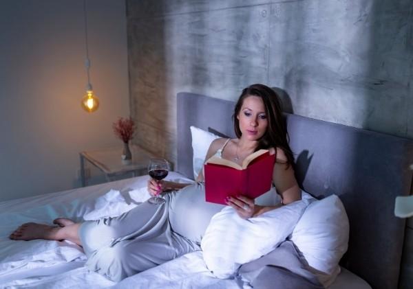 อ่านหนังสือ อาบน้ำ หรือทำกิจกรรมผ่อนคลายต่าง ๆ เพื่อเตรียมเข้านอน